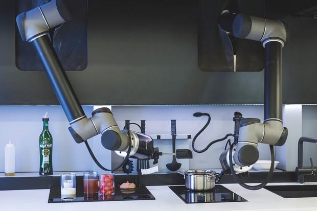 Moley Roboticsâ ???? El chef sigue el modelo de los profesionales, por lo que puede dejar que continúe cocinando mientras se relaja © Moley Robotics