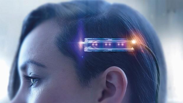 Mujer de raza mixta sometidos a exploración cerebral futurista