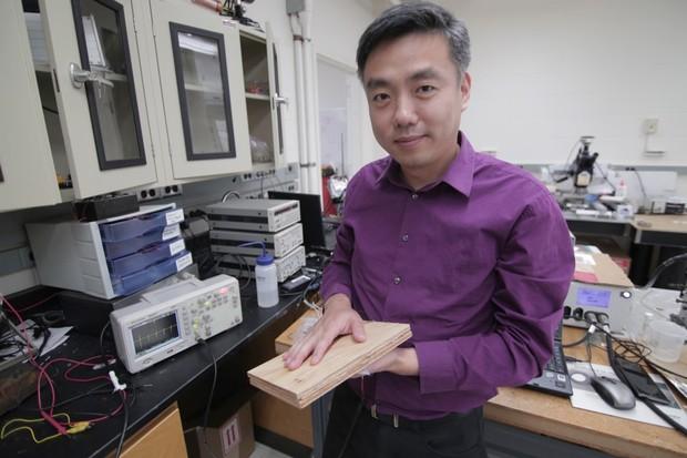 El profesor asociado Xudong Wang sostiene un prototipo de la tecnología de recolección de energía de los investigadores, que utiliza pulpa de madera y aprovecha nano fibras. © Stephanie Precourt / UW-Madison College of Engineering